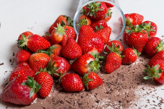 Erdbeeren mit dunklem schokoladenpulver