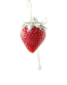 Erdbeeren mit milch auf einem isolierten raum