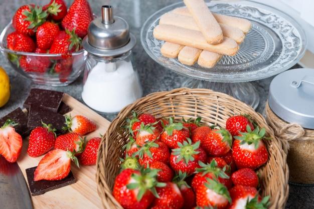 Erdbeeren mit stücken dunkler schokolade und zucker