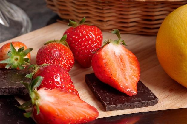 Erdbeeren mit stücken dunkler schokolade
