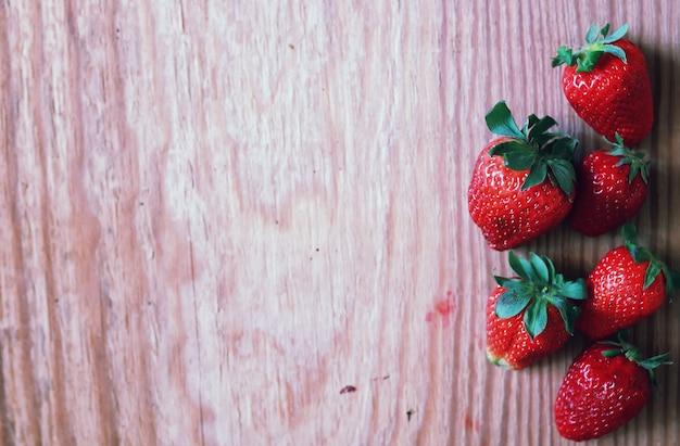 Erdbeeren oben auf holz und spitze