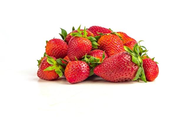 Erdbeeren reif isoliert auf weißem hintergrund