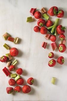 Erdbeeren und rhabarber