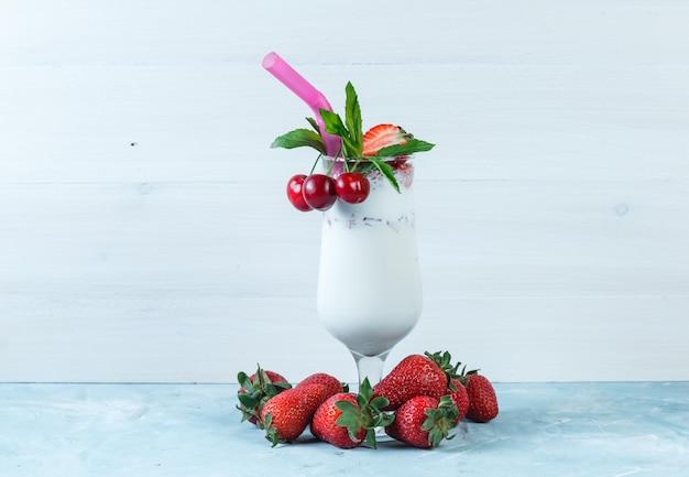 Erdbeeren und tropischer milchshake mit kirschen
