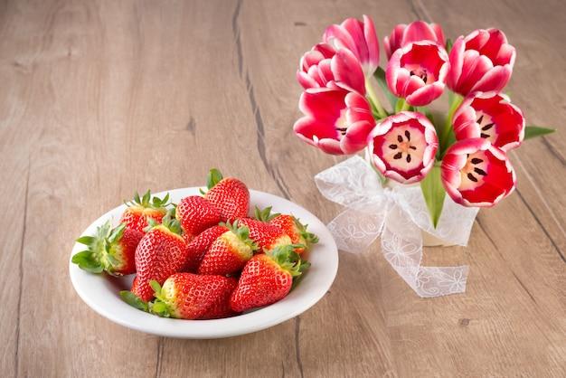 Erdbeeren und tulpen