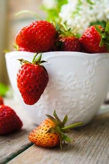 Erdbeeren und weiße lila blumen