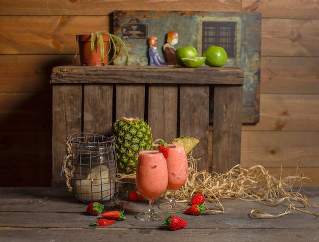 Erdbeerfrische cocktails mit eis