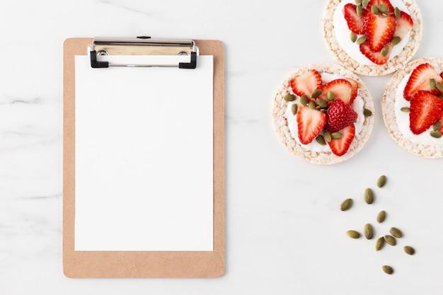 Erdbeerfruchtsnack auf einem reiskuchen und kopieren raumzwischenablage