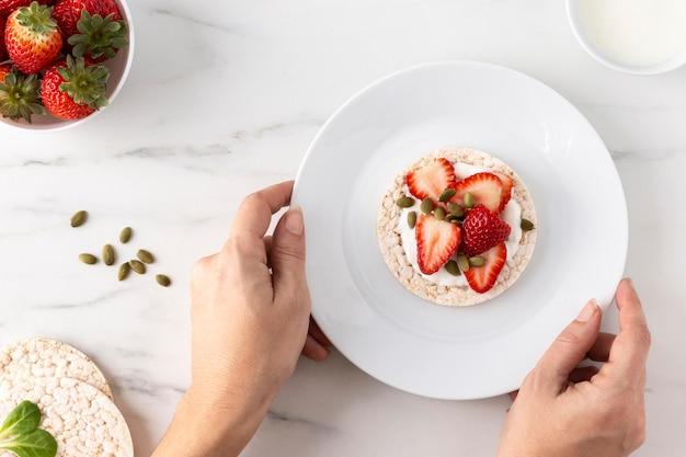 Erdbeerfruchtsnack auf einem reiskuchen