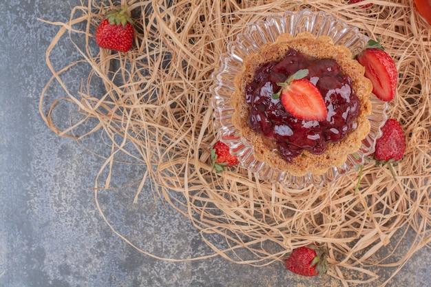 Erdbeergebäck mit erdbeeren auf marmoroberfläche