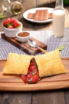Erdbeergebäck mit schokolade (pastel de morango com schokolade) - traditioneller brasilianer