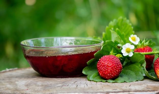 Erdbeergelee, marmelade auf holzhintergrund, umweltfreundliches produkt. selektiver fokus