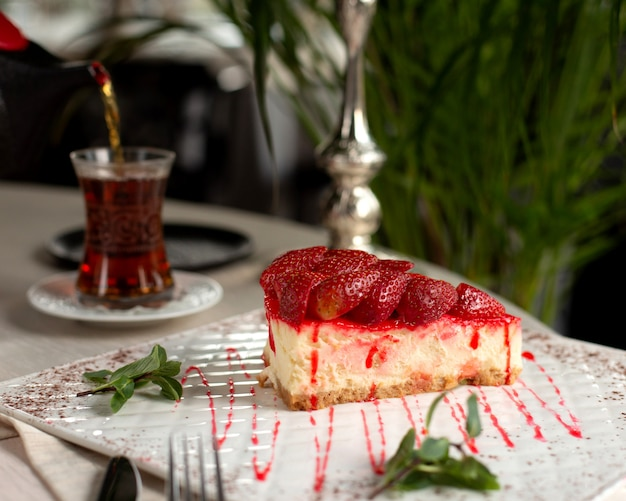 Erdbeerkäsekuchen mit erdbeeren an der spitze