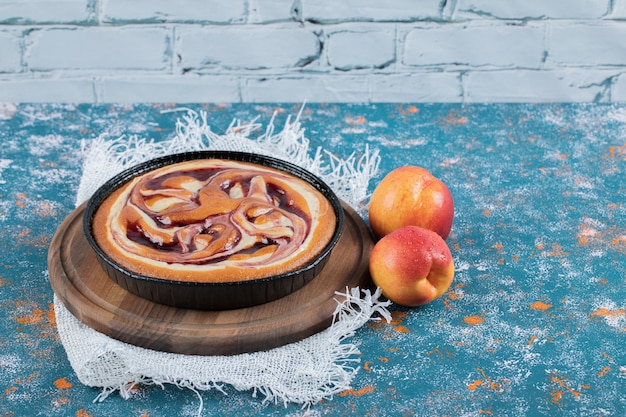 Erdbeerkuchen mit frischen pfirsichen herum.