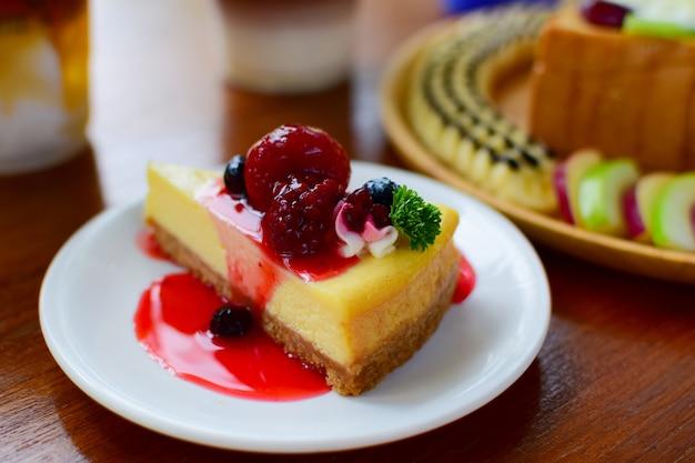 Erdbeerkuchen und blaubeersüßigkeiten des lebensmittels
