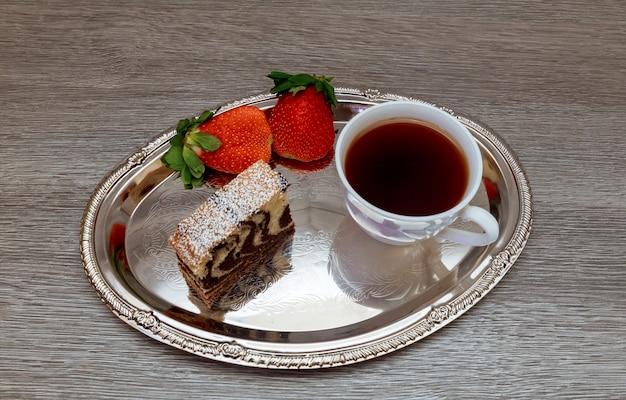 Erdbeerkuchen und tee latte