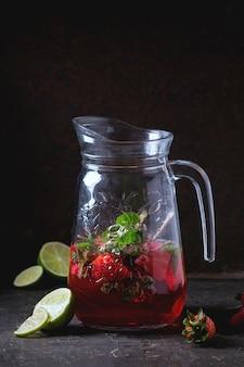 Erdbeerlimonade in einem glas