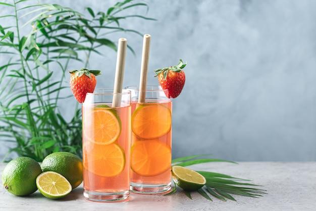Erdbeerlimonade mit limette. erfrischendes sommergetränk in hohen gläsern