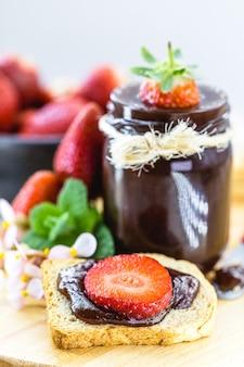 Erdbeermarmelade mit fruchtstücken, bio-erdbeeren