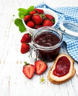 Erdbeermarmelade und frische erdbeeren