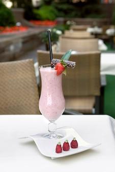 Erdbeermilchshake auf dem tisch