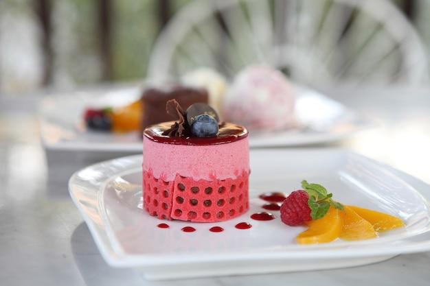 Erdbeermoussekuchen mit früchten