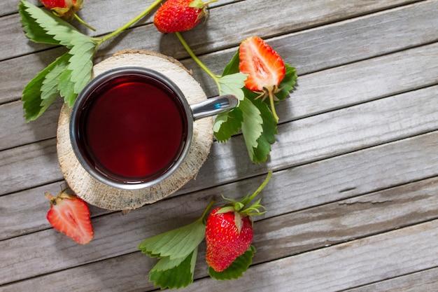 Erdbeersaft auf vintage holz