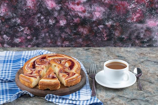 Erdbeersirupkuchen serviert mit einer tasse tee.