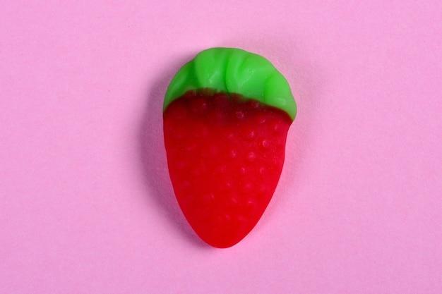 Erdbeersüßigkeit auf rosa