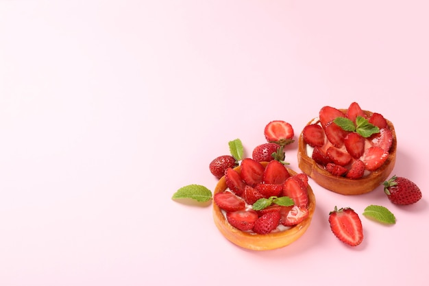 Erdbeertörtchen auf rosa hintergrund, platz für text.