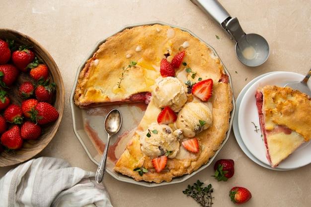 Erdbeertorte, hausgemachter kuchen gefüllt mit frischen erdbeeren, serviert mit eiskugeln, ansicht von oben. sommerlebensmittel.
