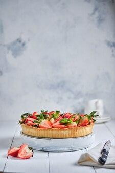 Erdbeertorte mit buttercreme auf einem weißen holztisch französisches leckeres dessert