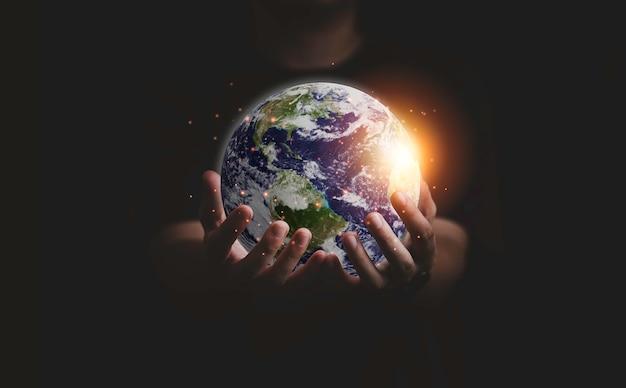 Erde in zwei händen für tag der erde und energiesparkonzept, element dieses bildes von der nasa und 3d-rendering.