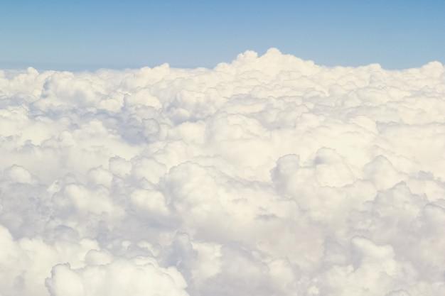 Erde und wolken mit einem flugzeug auf natur im himmelhintergrund