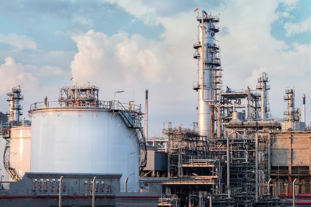 Erdgaslagertanks und öltank in der industrieanlage in der dämmerung