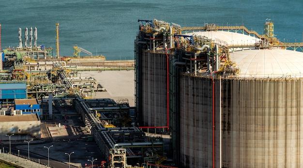 Erdgastank in der petrochemischen industrie bei tageslicht, gijón, asturien, spanien.