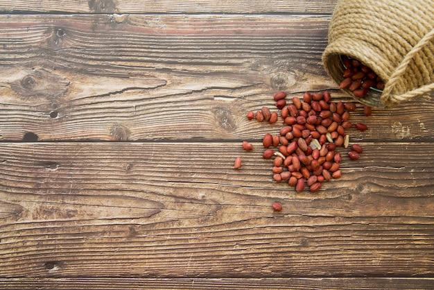 Erdnüsse auf dem tisch verstreut