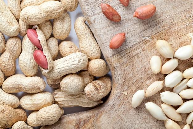 Erdnüsse auf dem tisch