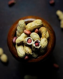 Erdnüsse auf dunklem selektivem fokus