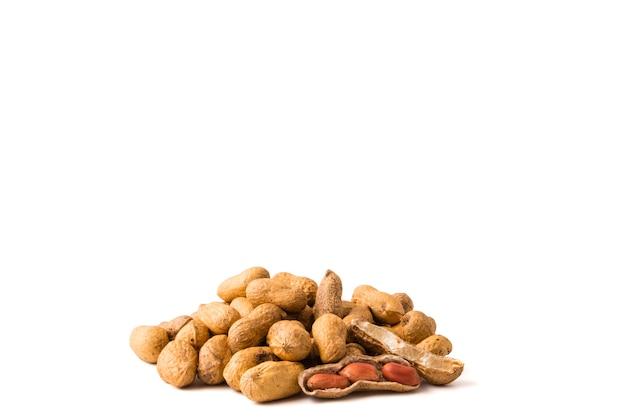 Erdnüsse auf weißem hintergrund. freier platz für text