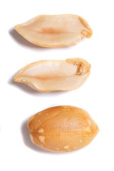 Erdnüsse auf weißem hintergrund