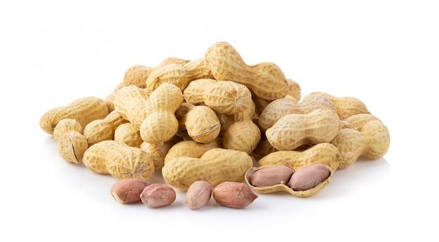 Erdnüsse auf weißer wand.