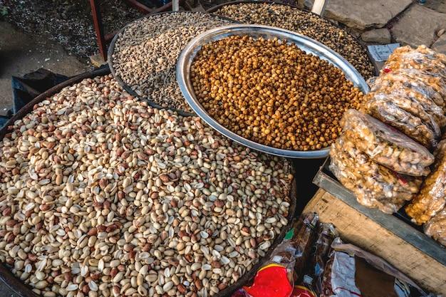 Erdnüsse, die am indischen markt verkaufen