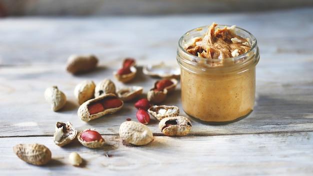Erdnüsse. ein glas erdnussbutter.