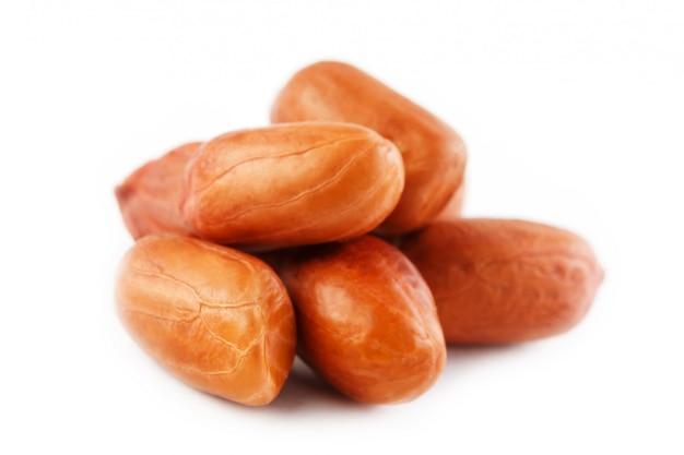 Erdnüsse getrennt auf weiß. geschälte schale und scarlup.