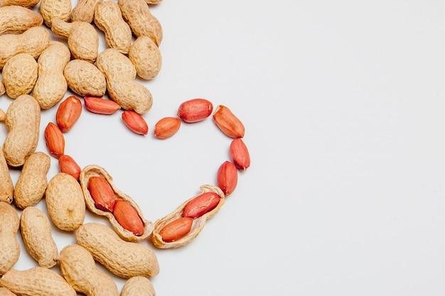 Erdnüsse getrennt auf weiß