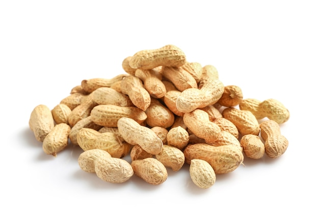 Erdnüsse im nussschalenhaufen lokalisiert auf weiß