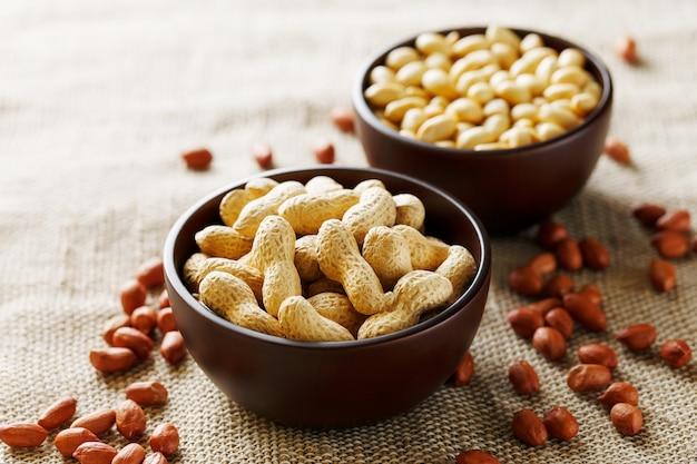Erdnüsse im oberteil und in der abgezogenen nahaufnahme in einer schale