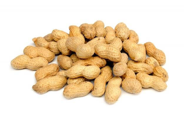 Erdnüsse in der holzschale lokalisiert auf weiß