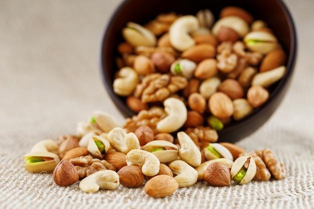 Erdnüsse in der schale und geschälte nahaufnahme in tassen